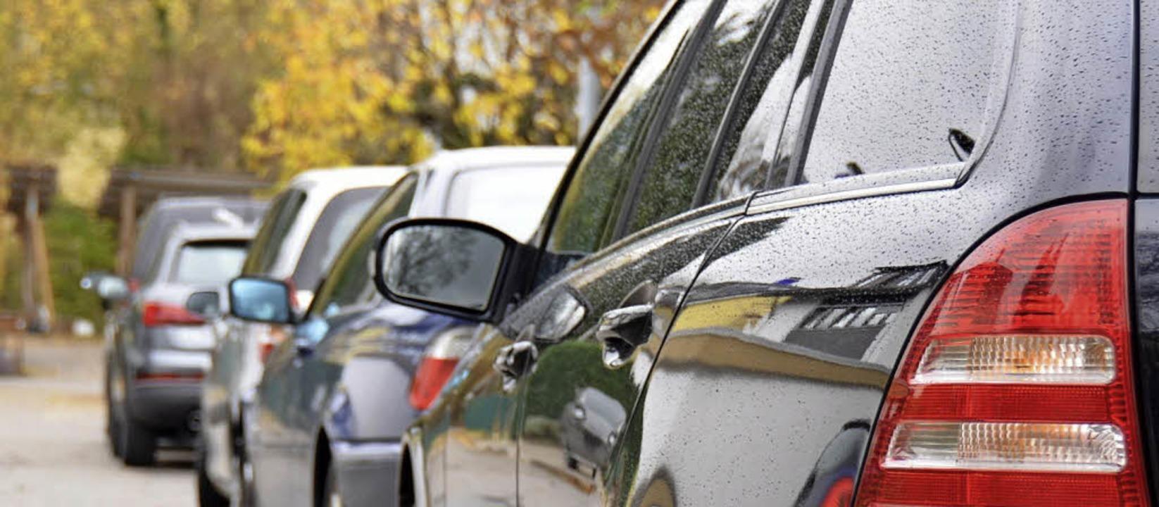Zugeparkte Straßen sind kein reines Gr...Gemeinden – hier in Merzhausen.   | Foto: Andrea gallien