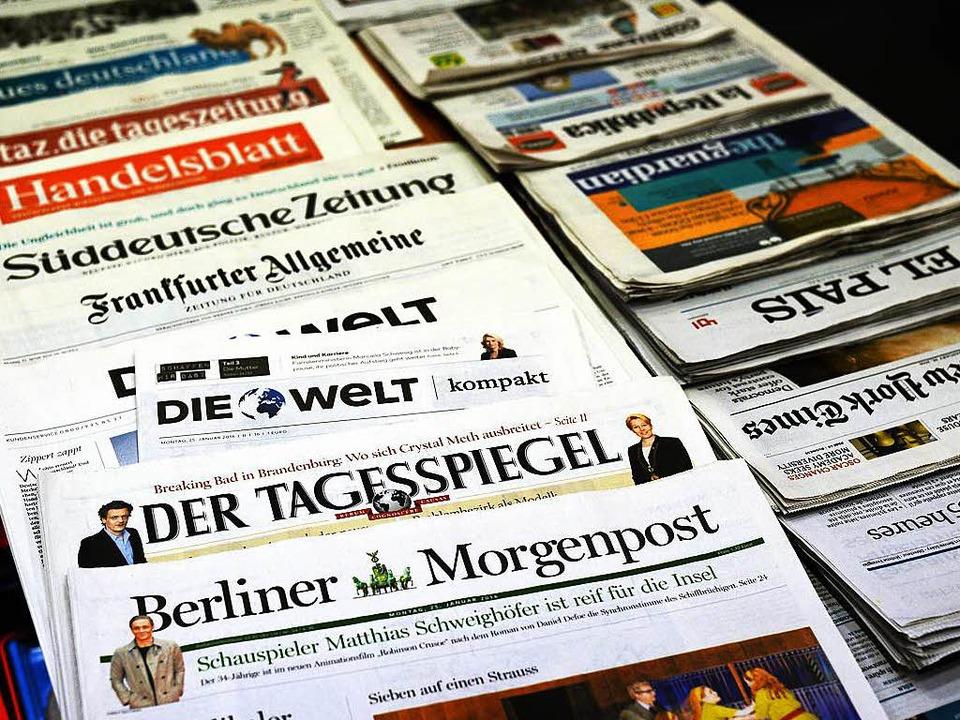 Verschiedene Tageszeitungen liegen  in einem Zeitungsladen.  | Foto: dpa