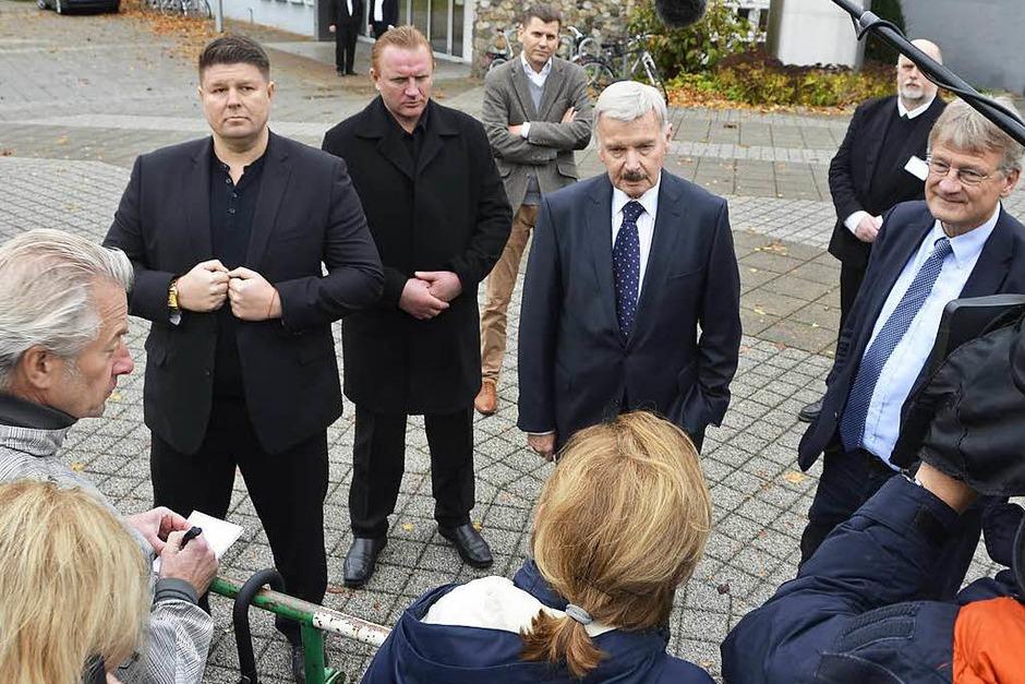 Vor den hinter einer Absperrung wartenden Journalisten geben Landeschef Lothar Maier und Parteichef Jörg Meuthen (rechts, neben ihren Sicherheitsleuten) das Nein der AfD-Versammlung zur Öffentlichkeit bekannt. (Foto: Helmut Seller)