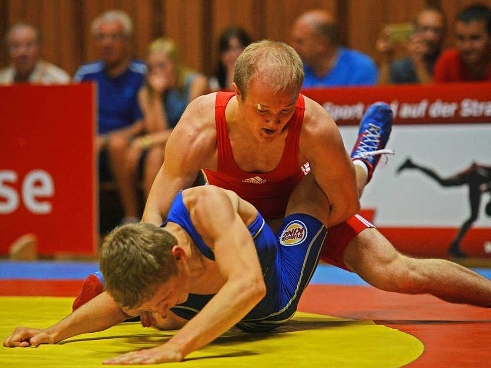 Manuel Wolfer (rotes Trikot) von der R...estendorf erneut eine starke Leistung.  | Foto: Patrick Seeger