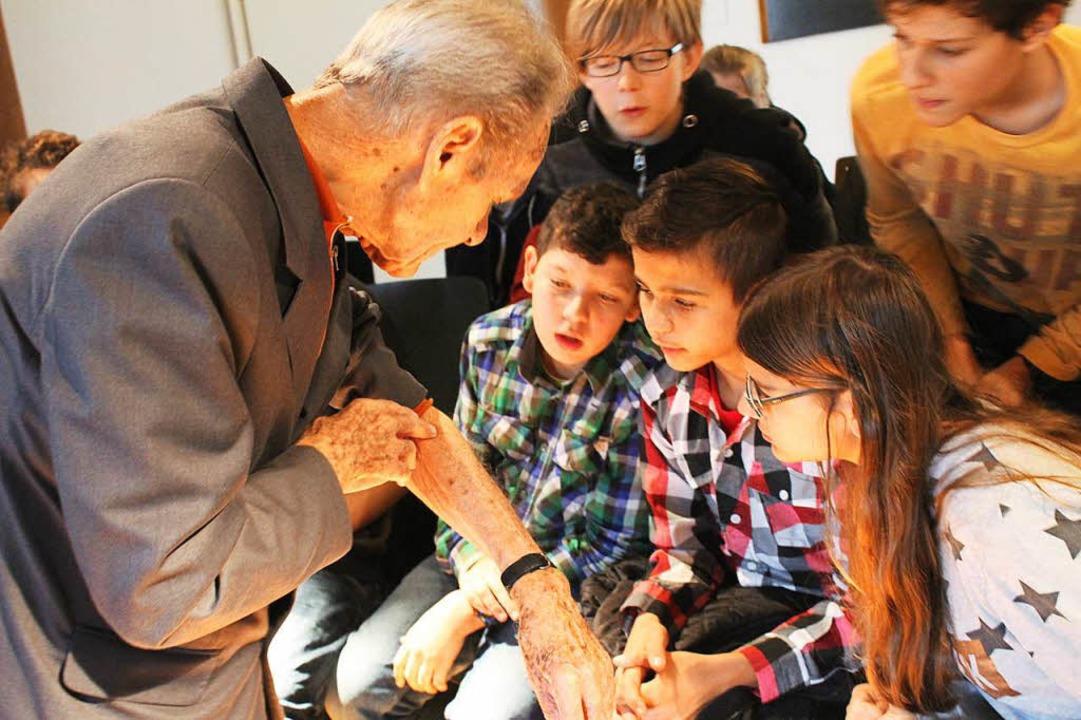 Der 90-jährige Jacek Zieliniewicz zeigt  seine eintätowierte Häftlingsnummer.  | Foto: Erich Krieger