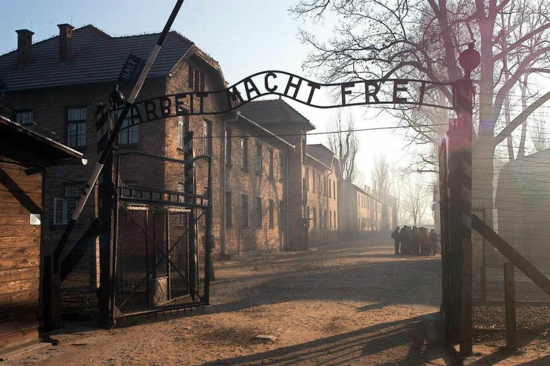 Das Eingangstor zum Konzentrationslage...: Jacek Zieliniewicz hat  es überlebt.    Foto:  DPA Deutsche Presse-Agentur GmbH