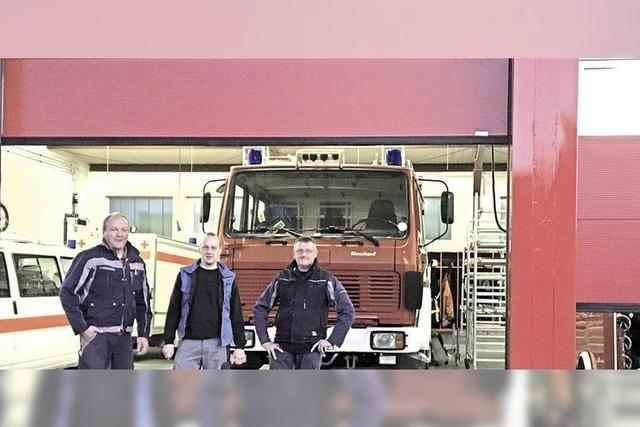 Ewattinger Feuerwehr hat neue Tore am Gerätehaus