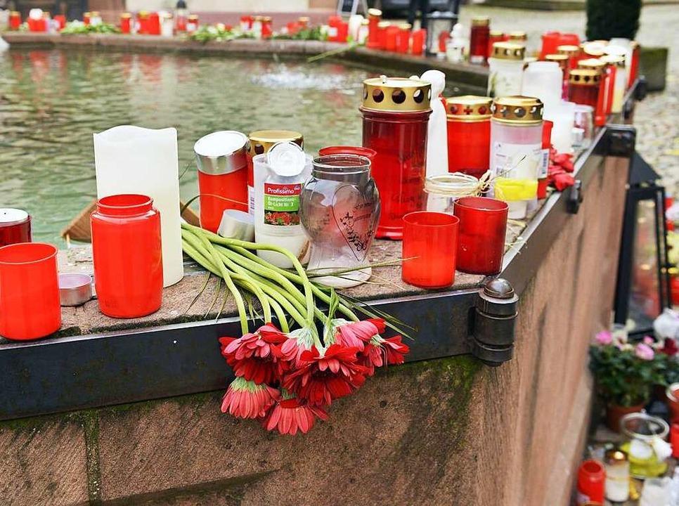 Blumen, Kerzen und Abschiedsbriefe lie...uf dem Brunnen am Endinger Marktplatz.  | Foto: dpa