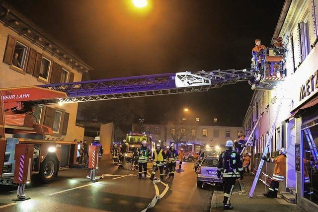 Kippenheimer Feuerwehr probt Brandbekämpfung bei der Metzgerei Höfer im Zentrum