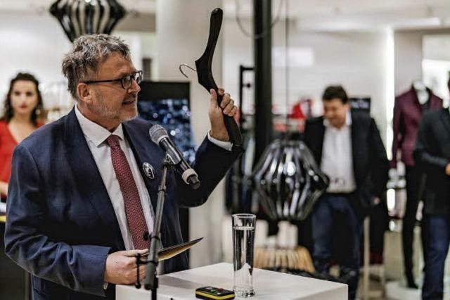 Modehaus versteigert Kleiderbügel für den guten Zweck