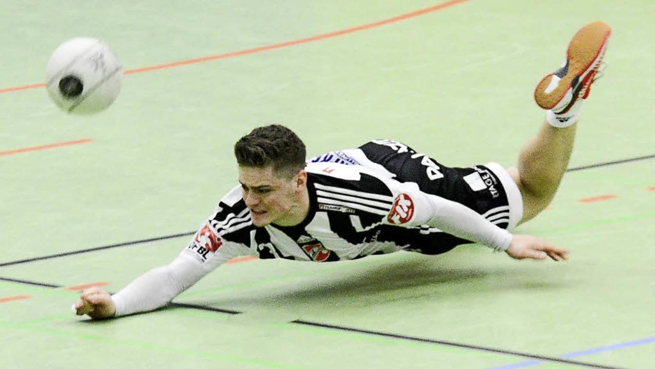 <BZ-FotoAnlauf>FAUsTBALL:</BZ-FotoAnla... den  Ball mit akrobatischem Einsatz.   | Foto: Sebastian Köhli