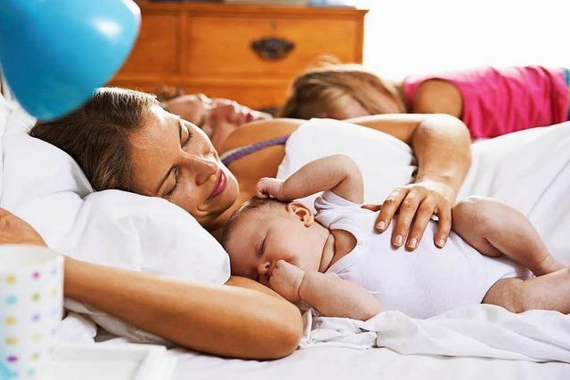 Dürfen Babys im Elternbett schlafen?