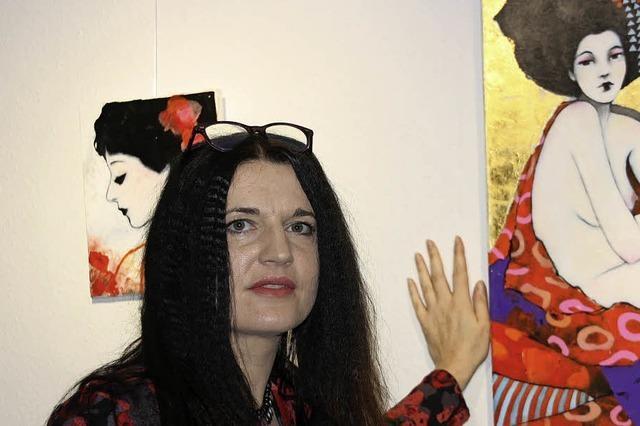 Frauenfiguren in Schwarzweiß und Farbe mit Blattgold
