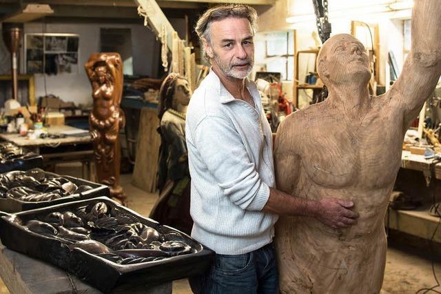 Claus Hartmann schnitzt Galionsfiguren für Segelschiffe