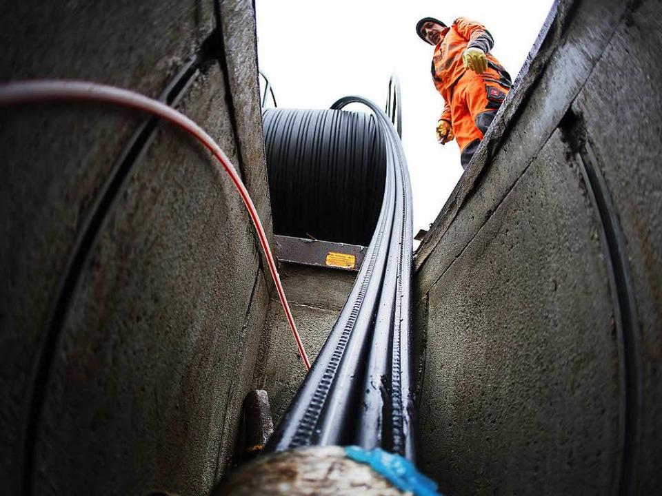 Glasfaserkabel bringen – wie hie...) schnelles Internet in die Haushalte.    Foto: dpa