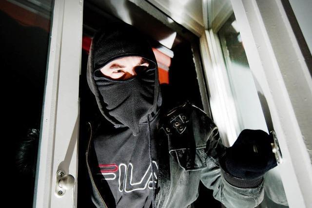 Diebe nutzen offene Balkontür und klauen Geld und Schmuck