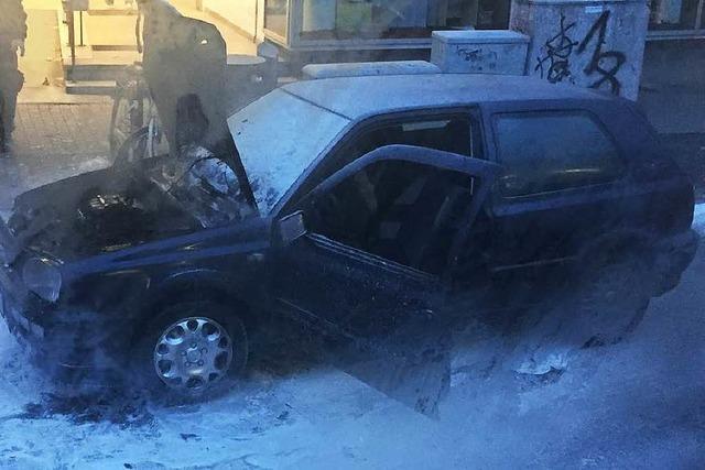 Auto brennt vor Freiburger Bürgeramt – technischer Defekt