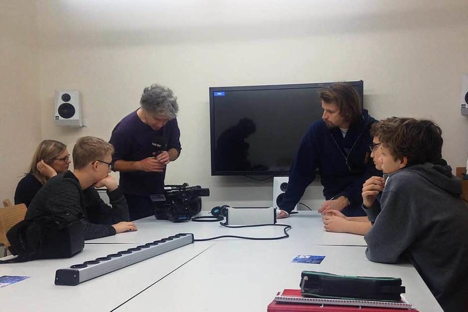 Einführung in die Technik: Andreas Nagel (3. von links), Redaktionsleiter uniCROSS, erklärt dem Schüler-Team TV, wie die Kamera zu handlen ist. (Foto: BZ)