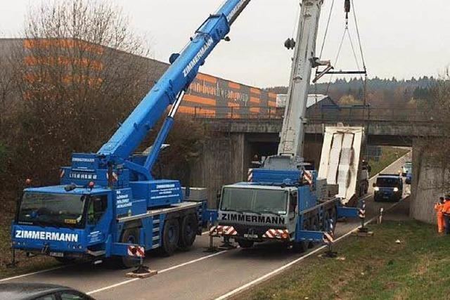 Lkw steckte an Eisenbahnbrücke fest