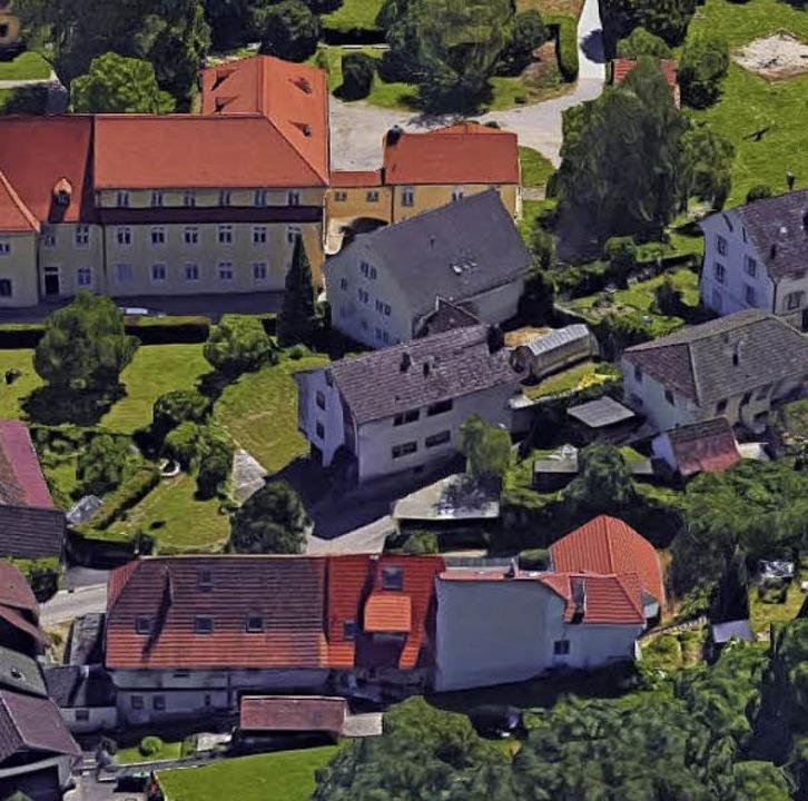 Das Grundstück Hirschstraße 11 (Bildmi... gestoppten Plänen abgerissen werden.     Foto: Google-Luftbild/GeoDasis-DE/BKG