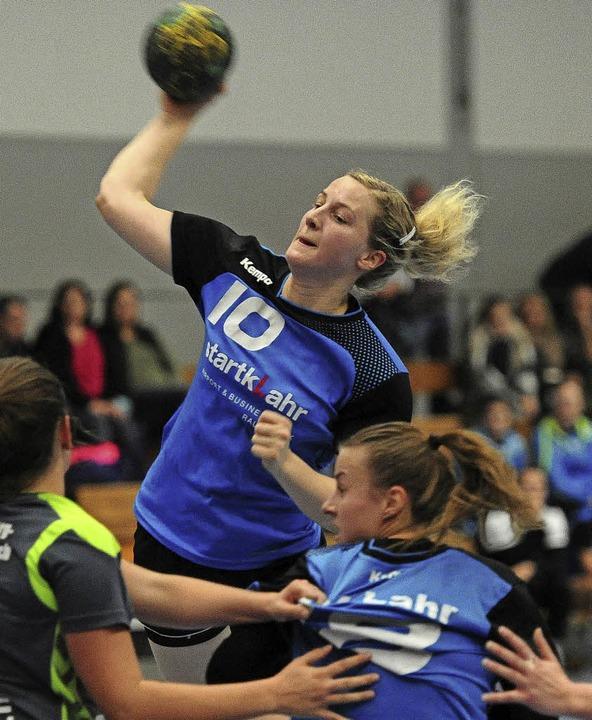 Tatjana Möller wird von Kreisläuferin Teresa Beathalter Raum verschafft.   | Foto: Pressebüro Schaller
