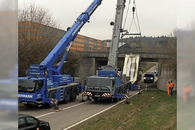 Lkw bleibt an Unterführung hängen