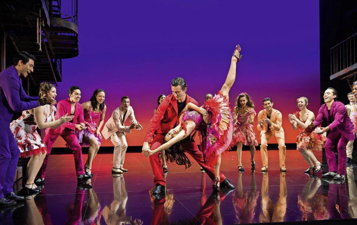 Viel Energie auf der Bühne – nicht nur bei Anitas und Bernardos Tanz   | Foto: Nilz Boehme