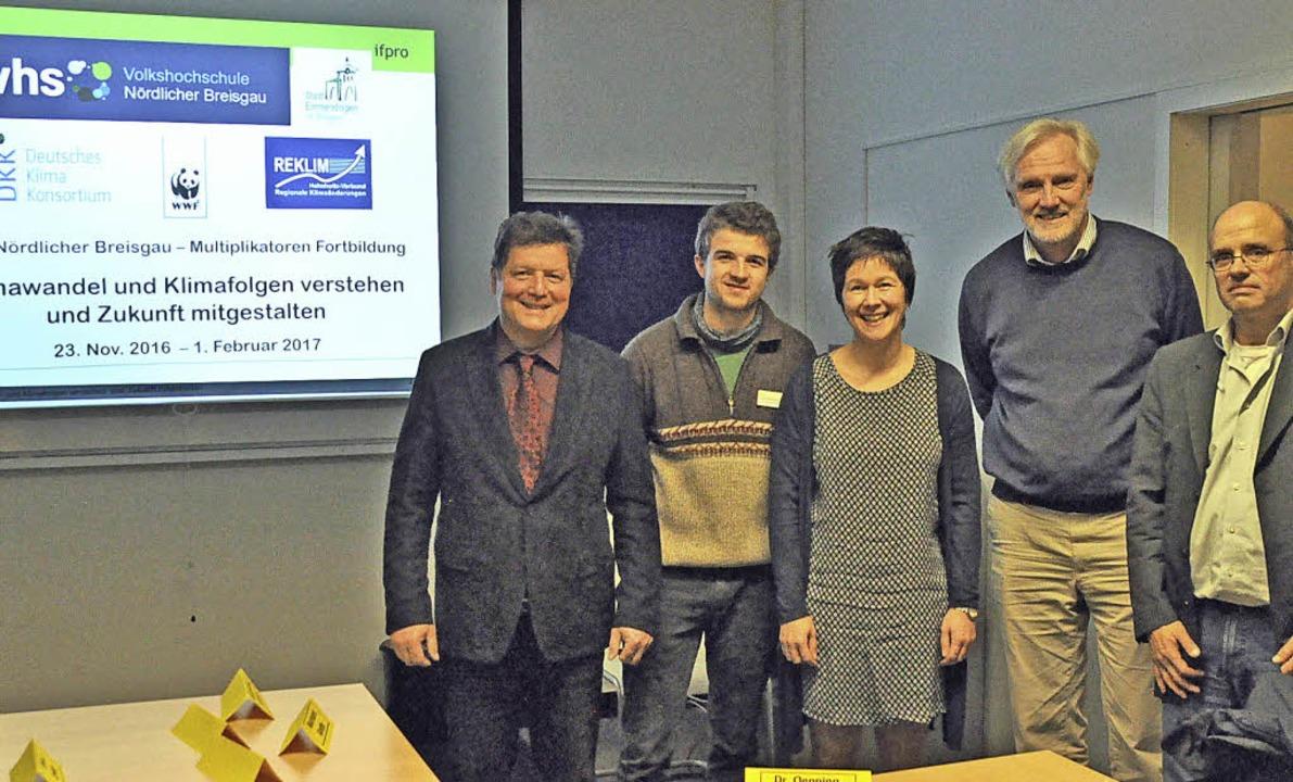 Ralf-Karl Oenning mit den Kooperationspartnern der VHS.  | Foto: Millauer