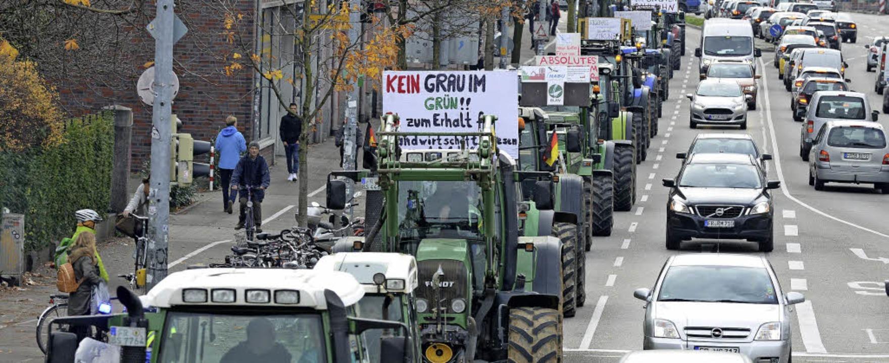Mit Traktoren durch die Stadt: Demo gegen den geplanten Stadtteil Dietenbach   | Foto: Rita Eggstein