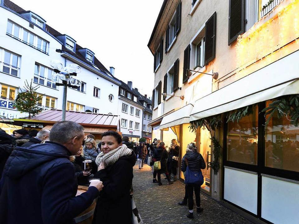 Keine Konkurrenz für den Weihnachtsmar...a-Fenster der Brautboutique bleibt zu.  | Foto: Ingo Schneider