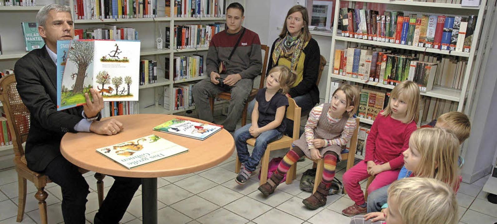 Am bundesweiten Vorlesetag las der Lan... Stadtbücherei Geschichten für Kinder.    Foto: Regine Ounas-Kräusel