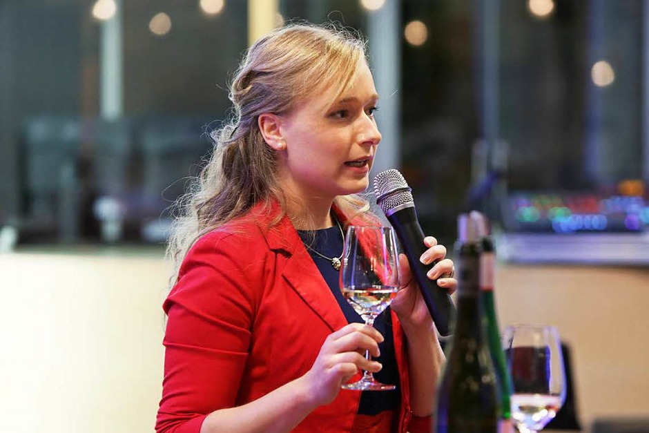 Isabelle Vetter präsentiert die Weine. (Foto: Christoph Breithaupt)