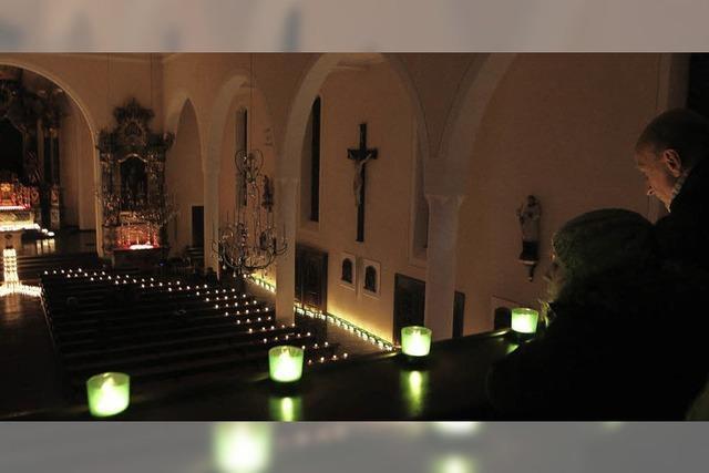 Kerzenlichter in der offenen Kirche