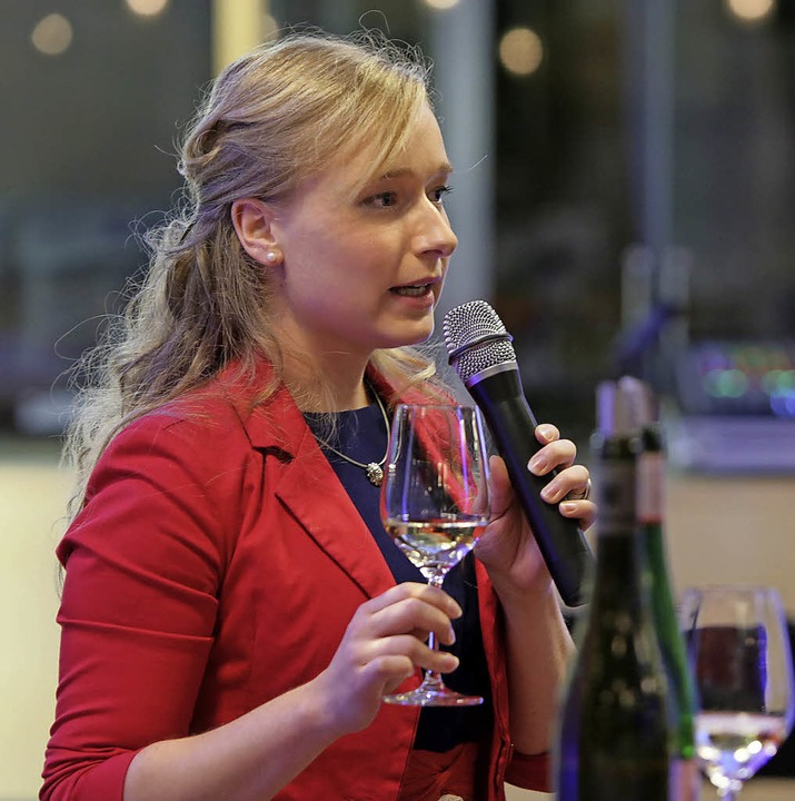 Isabella Vetter führte fachkundig durch die Weinprobe.  | Foto: Christoph Breithaupt
