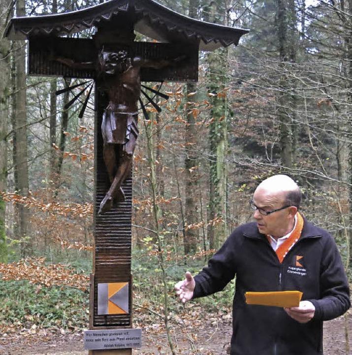 Einweihung des Wegekreuzes mit Pfarrer...itz und Kolpingvorstand Konrad Meicher  | Foto: Georg Voß