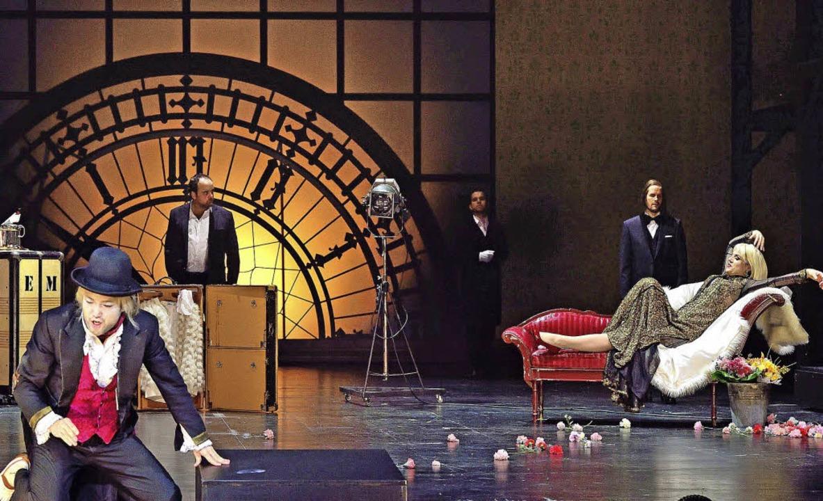 Leben im Zeichen der Uhr: die Diva Emi...arty (Katerina Hebelková) auf dem Sofa  | Foto: Maurice Korbel