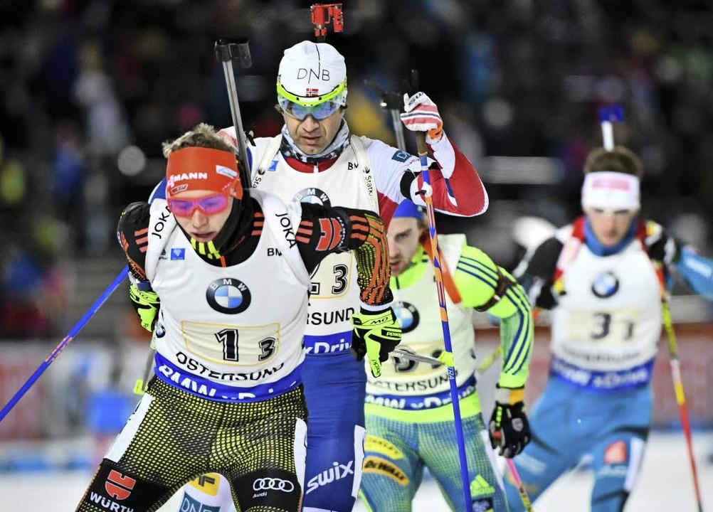 Der Breitnauer Benedikt Doll wird im M...önig  Ole Einar Bjoerndalen verfolgt.     Foto: AFP