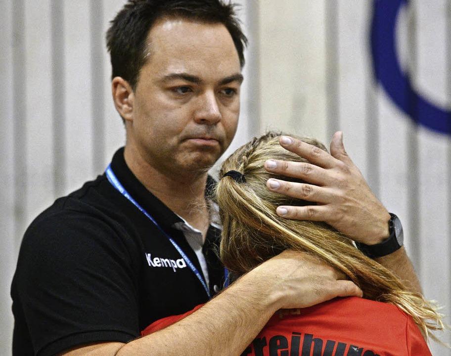 Zuweilen tröstend unterwegs: HSG-Trainer Ralf Wiggenhauser   | Foto: Seeger