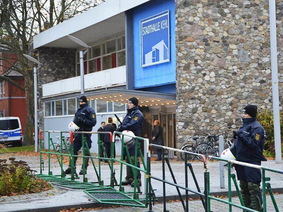 Während des Landesparteitags der AfD s...e Stadthalle Kehl unter Polizeischutz.  | Foto: Helmut Seller