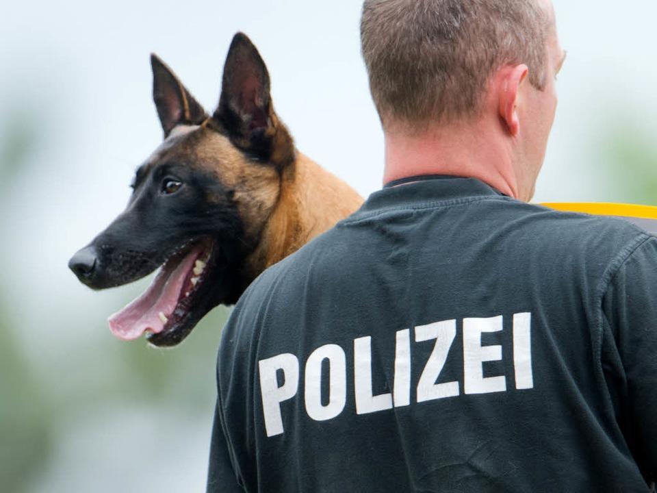 Ein Mann hat einen Polizeihund attacki... wehrte sich und biss zu. (Symbolbild)    Foto: dpa