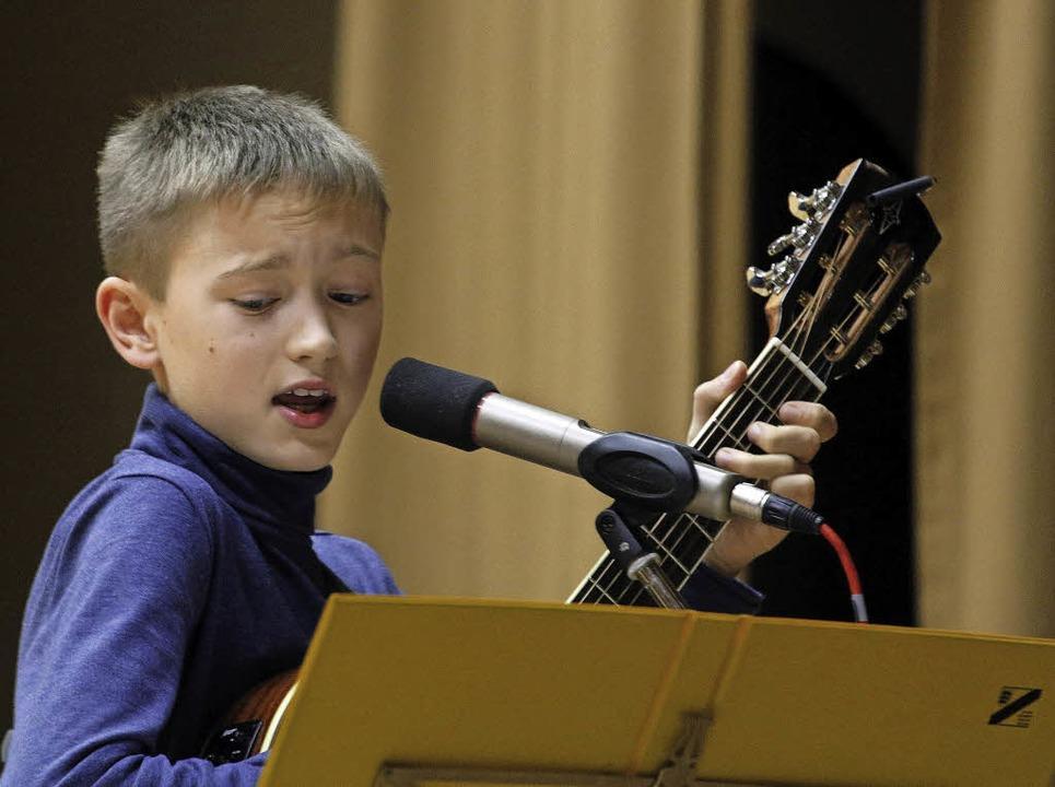 Raphael Becker begeisterte mit Gesang und Gitarre.  | Foto: Heidi Foessel