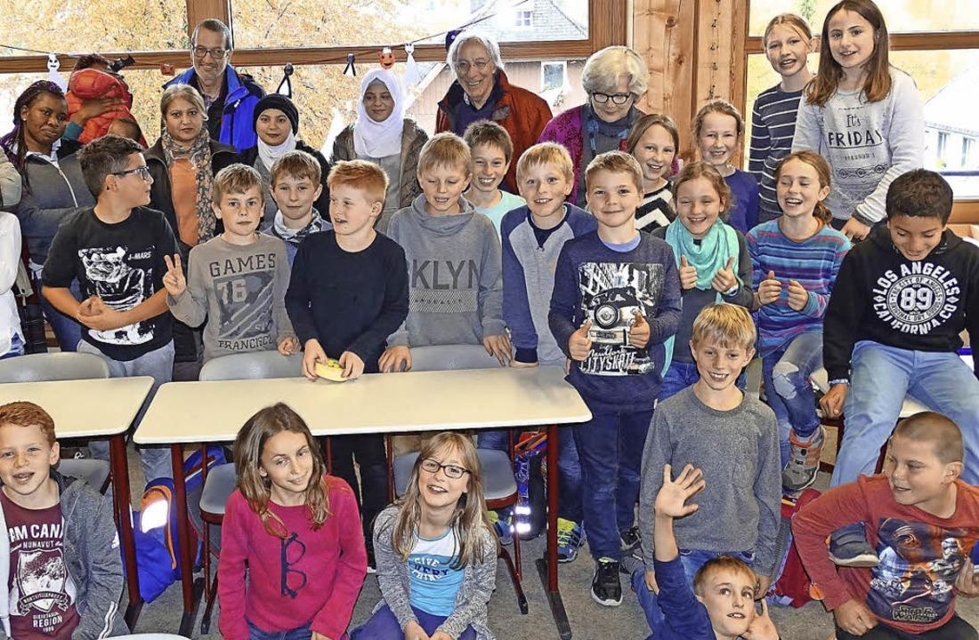 Die Klasse vier der Georg-Thoma-Schule...0 Euro an Flüchtlinge, die Ort leben.   | Foto: PRIVAT