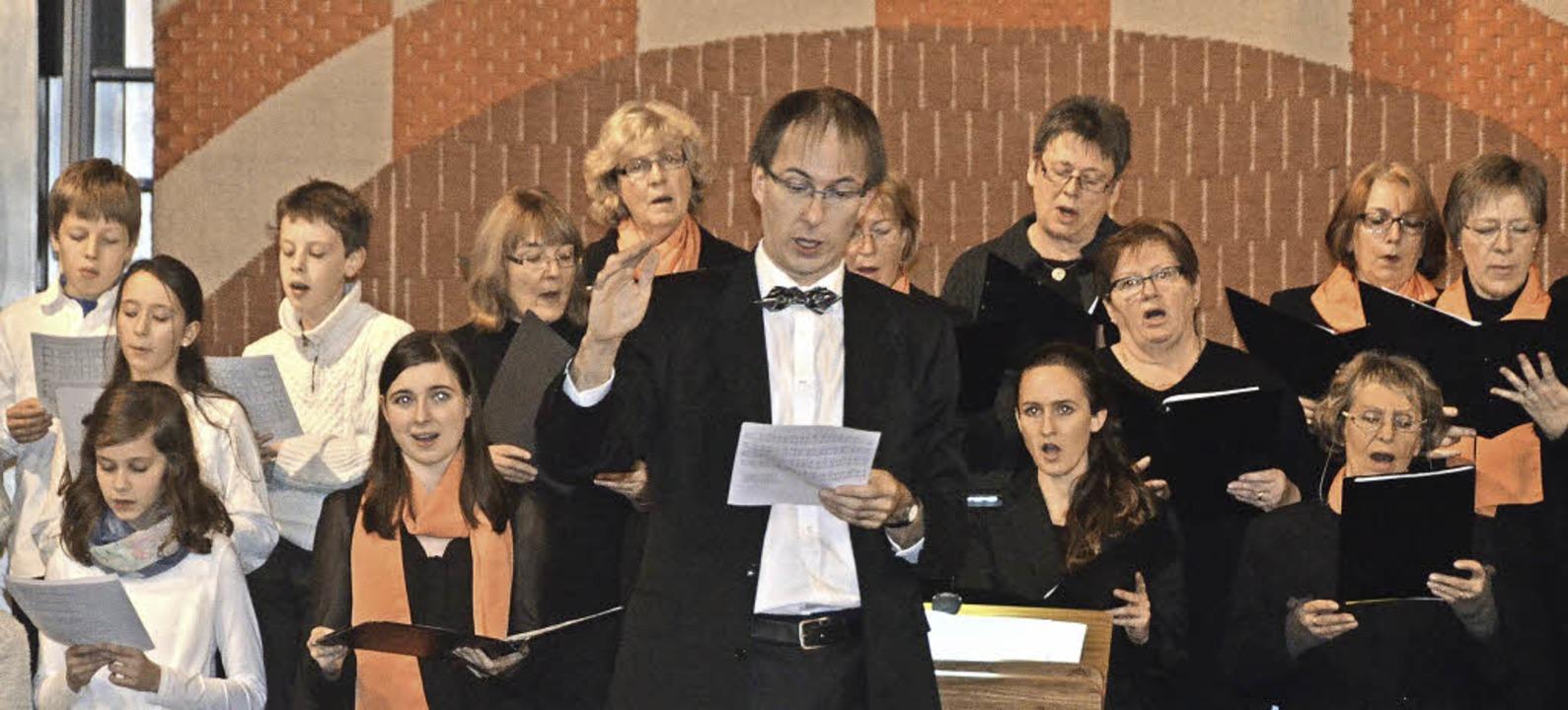 Dirigent Haller mit Kammerchor und Schülern  | Foto: Michael Gottstein