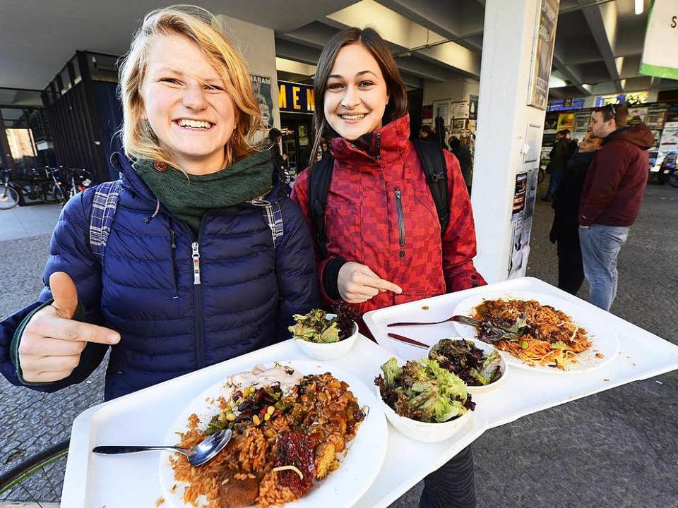 Carlotta Gabriel und Vera Sale freuen ... gebänderte, vegetarische Mittagessen.  | Foto: Ingo Schneider