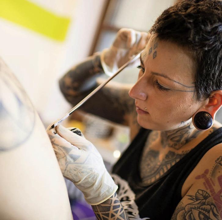 Munchnerin Beherrscht Traditionelles Kunsthandwerk Des Bamboo Tattoo