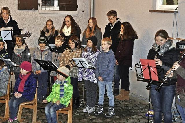 Gemeinsames Singen unter dem Weihnachtsbaum