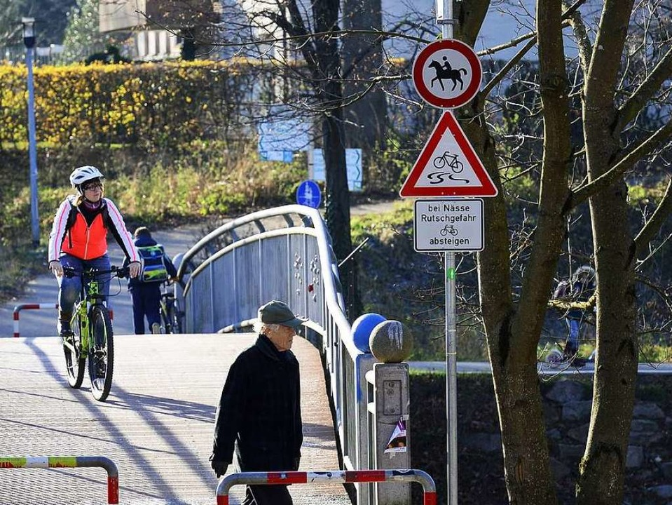 Ein Schild verweist jetzt ausdrücklich auf die Rutschgefahr für Radler.    Foto: Ingo Schneider