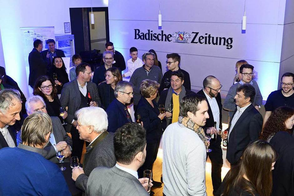 Plaudern nach Redaktionsschluss: BZ-Apéro in den neuen Räumen der Stadtredaktion. (Foto: Ingo Schneider)