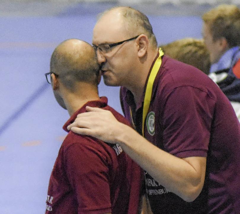 Taktikbesprechung zwischen Co-Trainer ...er und Trainer Michael Bohn (rechts).     Foto: Sebastian Köhli