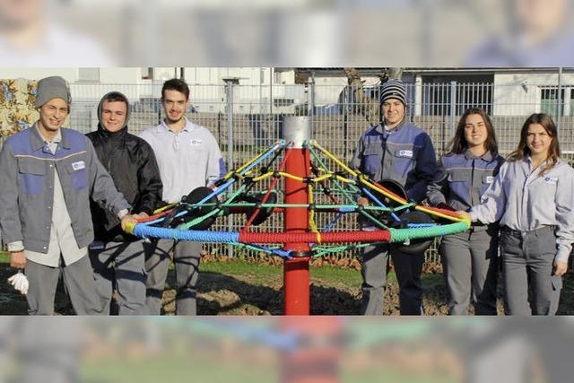 DSM-Azubis bauen ein Spielgerät auf