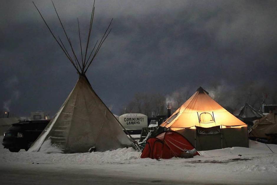 Ureinwohner vom Volk der Sioux wehren sich gegen das Pipeline-Projekt, da die Leitung durch Land ihrer Vorfahren verlaufen soll. Die Aktivisten campieren seit Monaten an der Baustelle. (Foto: AFP)