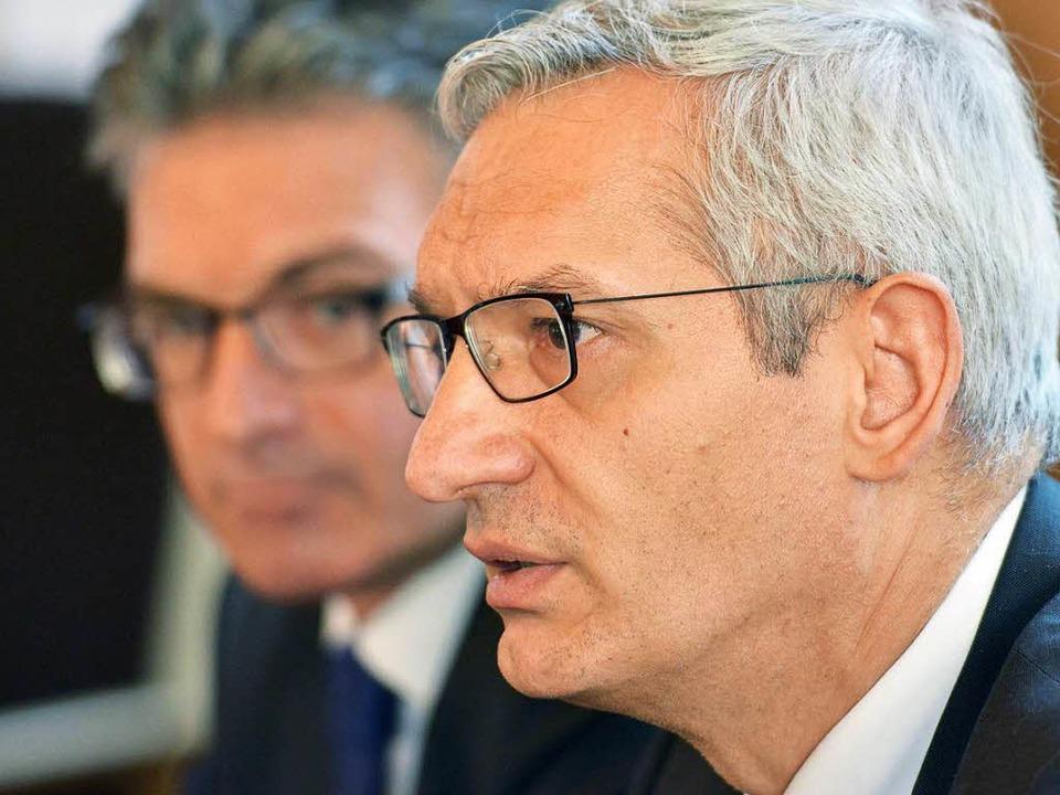 Oberbürgermeister Dieter Salomon (im H...Jäger, beim Pressegespräch in Freiburg  | Foto: dpa