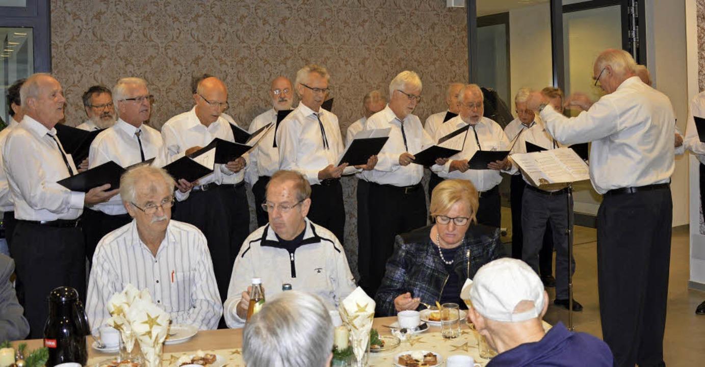 Der Männerchor Maulburg verlieh mit se...chen Glanz und Vorweihnachtsstimmung.   | Foto: G. Diehl