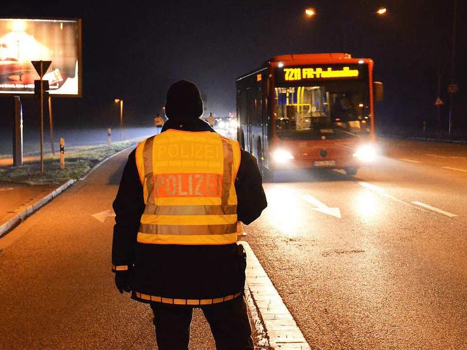 Ein Beamter in der Nacht von Freitag a...stag bei der Freiburger Großkontrolle.  | Foto: Felix Lieschke